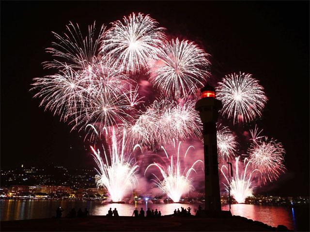 fireworks-during-pyrotechnic-art-festival